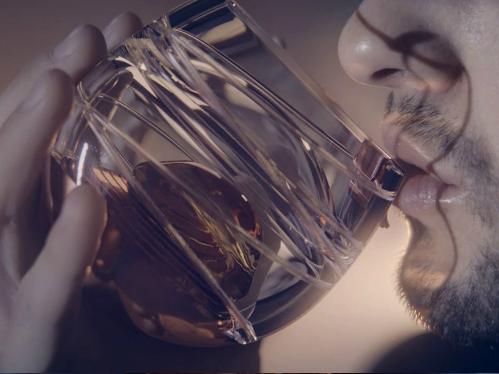Un vaso para tomar whisky en el espacio