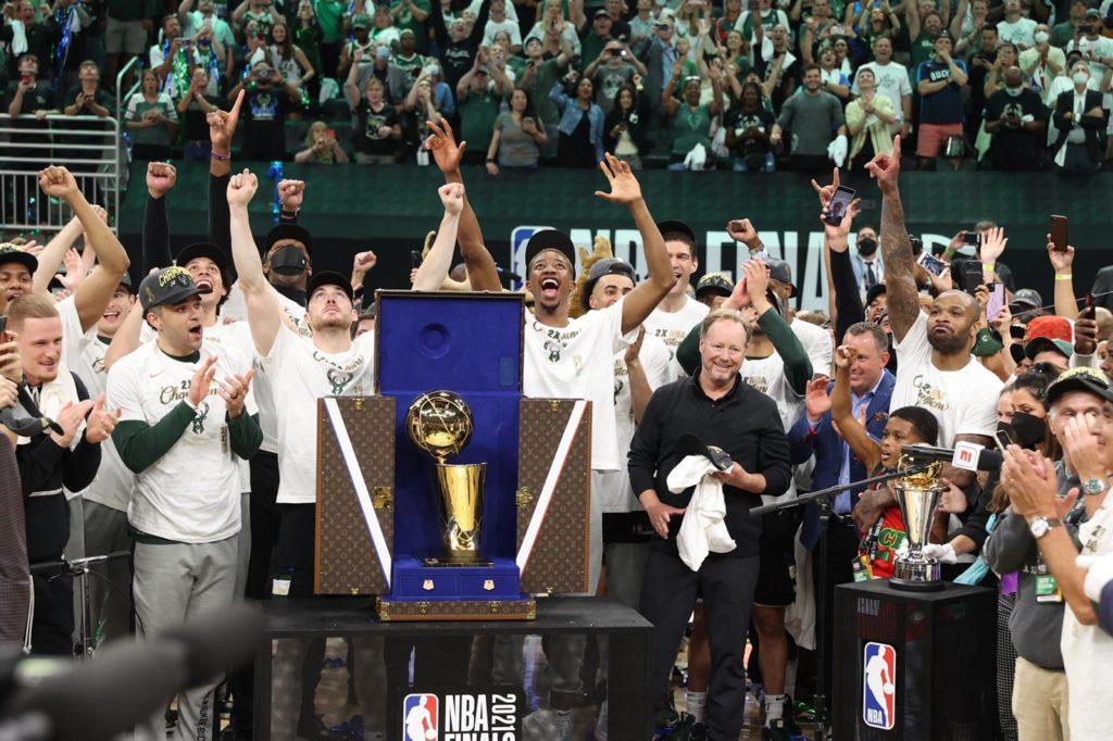 Los Bucks recibieron el trofeo Larry O'Brien de la NBA en un baúl de Louis Vuitton