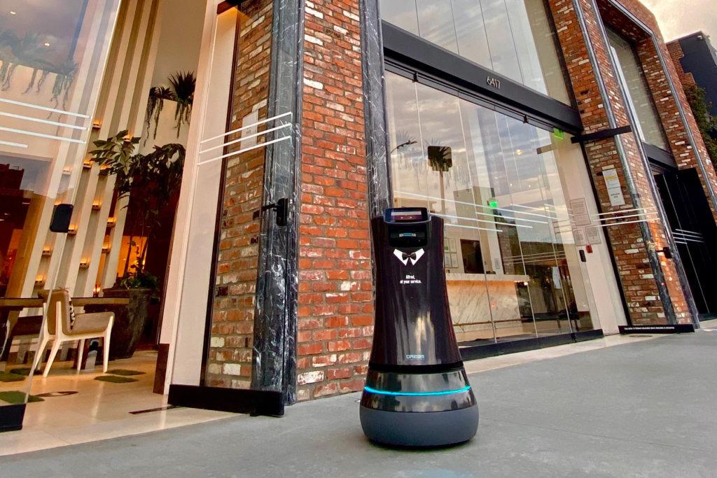 Dream Hollywood y Alfred, su nuevo mayordomo robot, van un paso adelante hacia el futuro